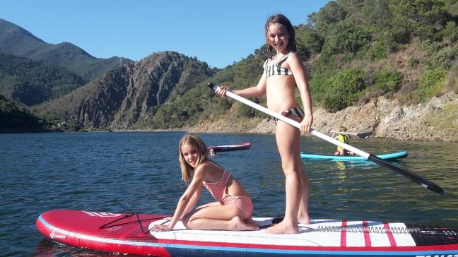 Niñas practicando SUP con The Hawaiians SUP Center Marbella